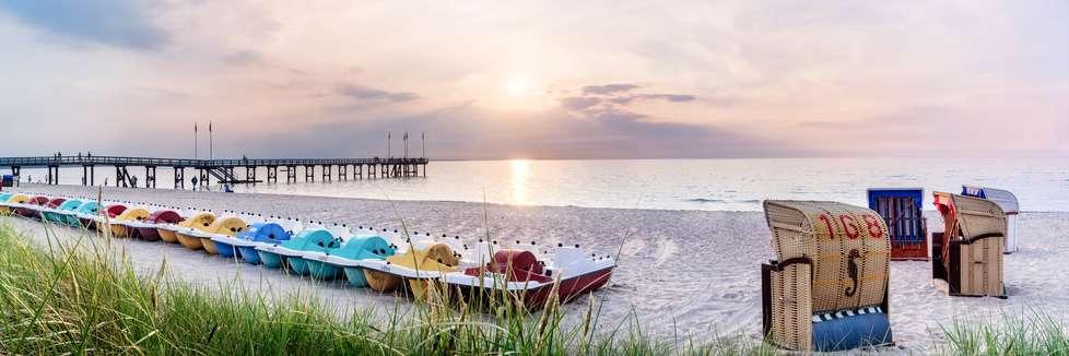Strandkörbe und Tretbote an der Ostsee